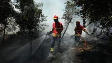 Bomberos sofocando un incendio en Portugal