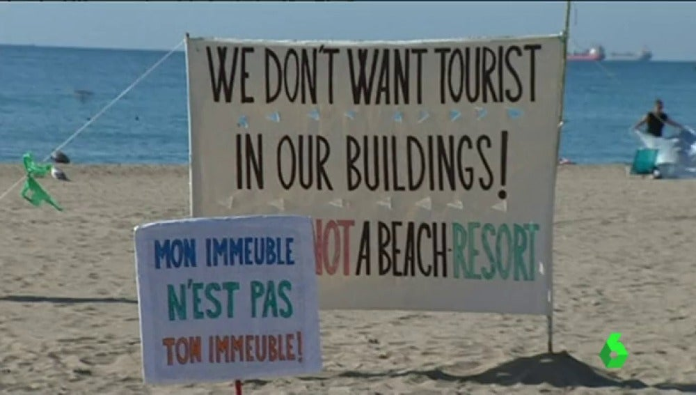 "Un cartel contra el turismo de borrachera: ""La playa no es un resort"""
