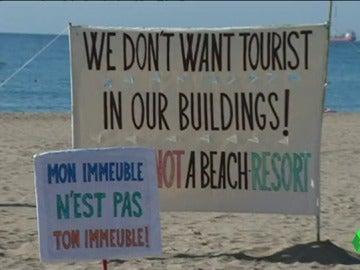 """Un cartel contra el turismo de borrachera: """"La playa no es un resort"""""""