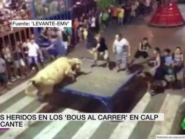 Dos heridos tras ser embestidos contra los barrotes en los 'Bous al carrer' en Calp, Alicante