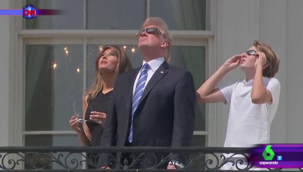 La familia Trump mirando el eclipse total de Sol