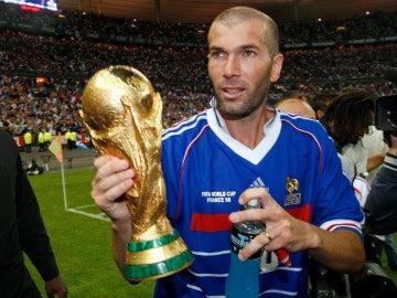 Zidane, con la copa de campeón del mundo