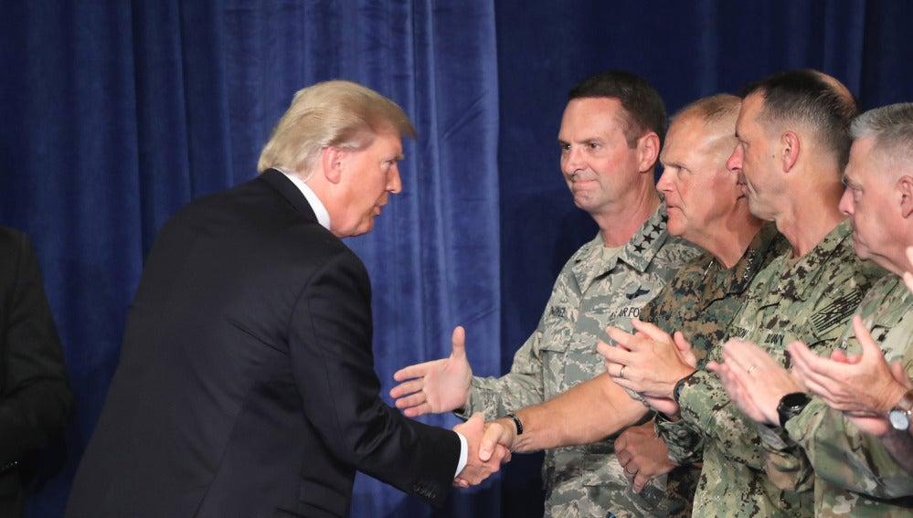 Trump saluda a soldados estadounidenses en Afganistán