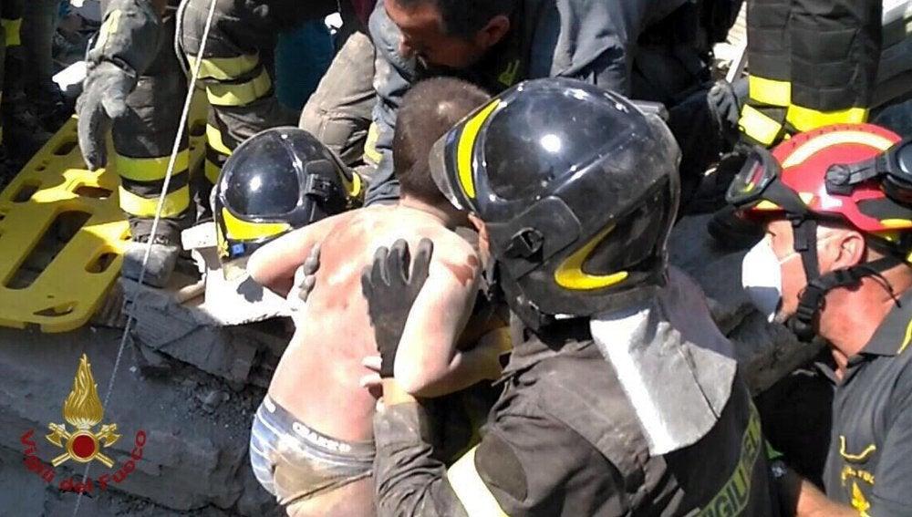Resultado de imagen de rescatan niños escombros