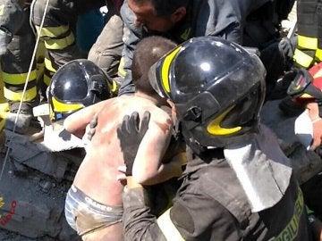 Rescatan a los dos niños que quedaron sepultados bajo los escombros tras el terremoto en la isla de Ischia