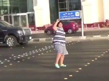 Detienen a un adolescente por bailar la 'Macarena' en la calle en Arabia Saudí