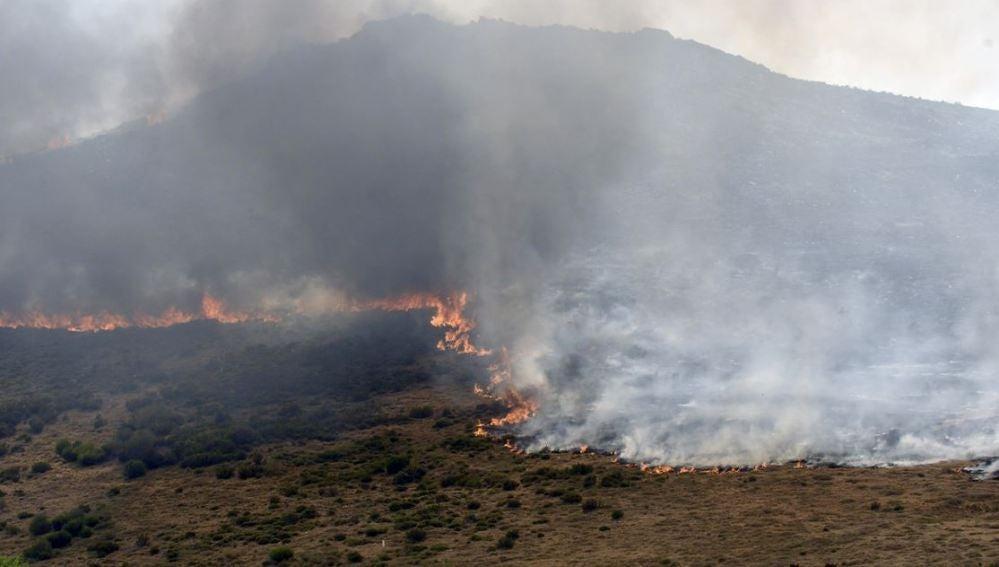 Fuego en Iruela, una de las localidades de la comarca de La Cabrera (León)