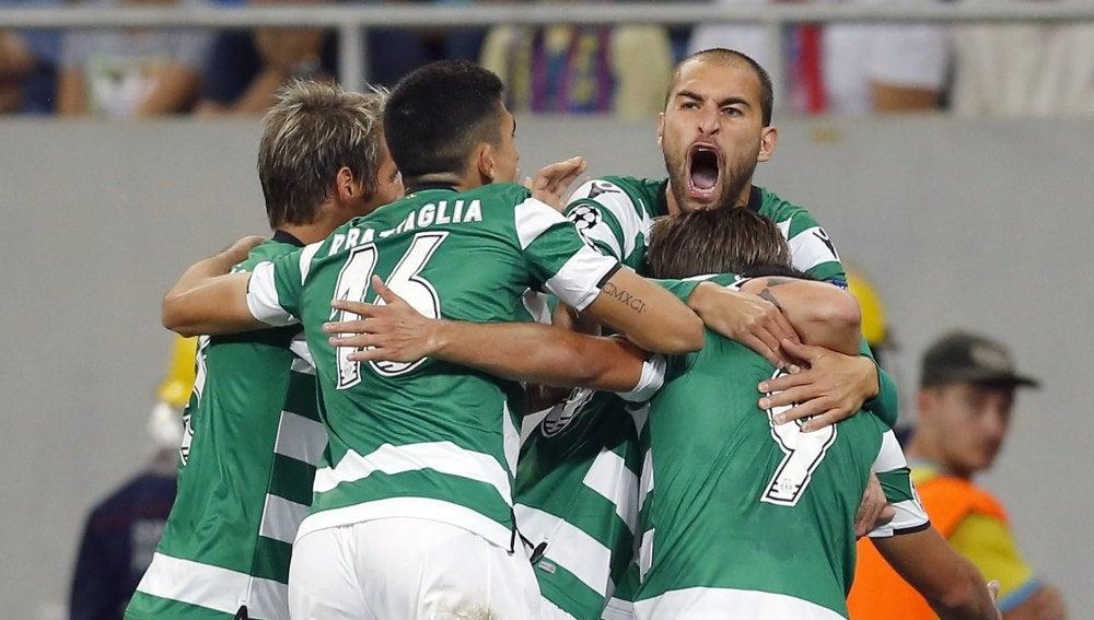 Los jugadores del Sporting de Portugal celebran un gol