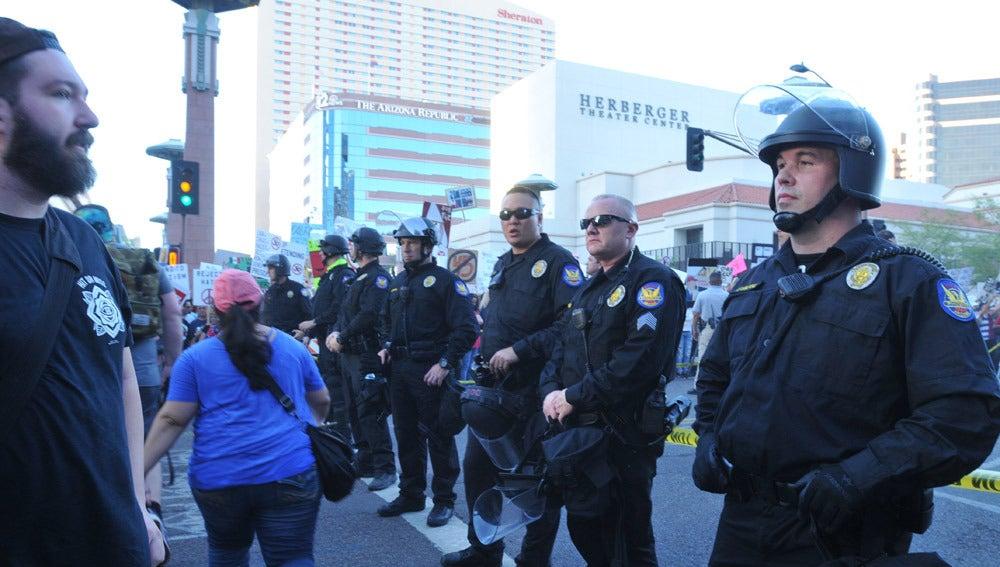 La policía monta guardia durante una protesta contra Donald Trump en Phoenix, Arizona