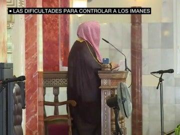 Imán en una mezquita