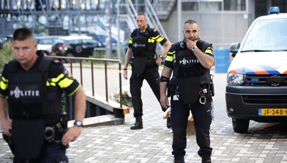 Agentes de la Policía de Holanda durante una operación