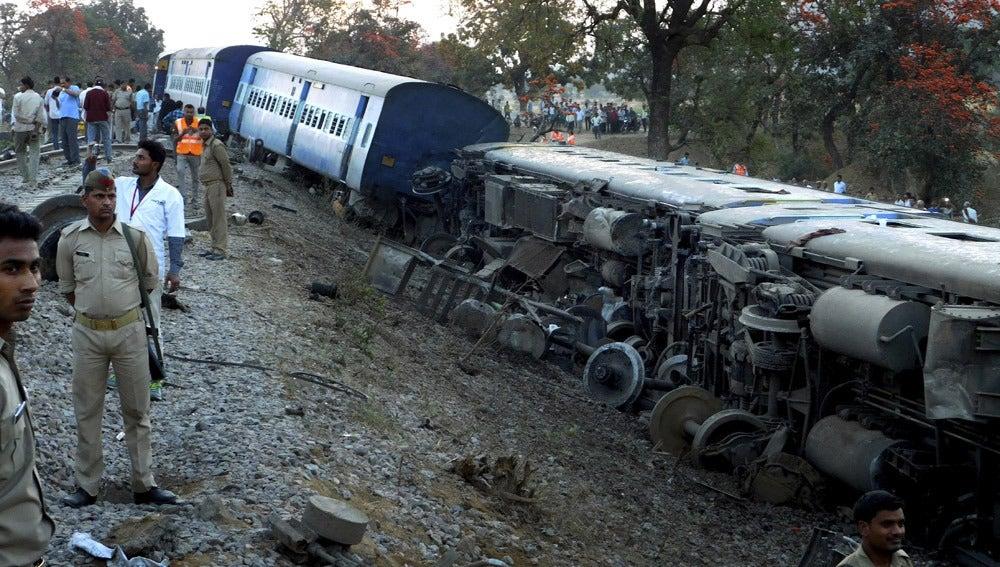 Agentes de la policía india durante las labores de rescate en el lugar del accidente de un tren de pasajeros en la India.
