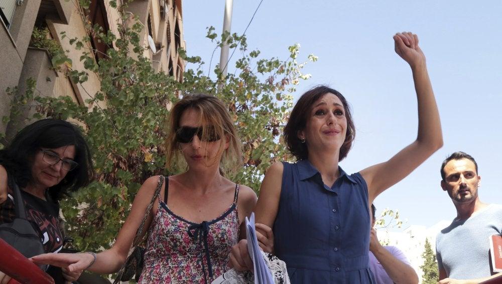 Juana Rivas, acompañada de su hermana Isabel
