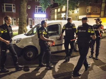 Agentes de la policía holandesa inspeccionan una furgoneta con matrícula española en Rotterdam