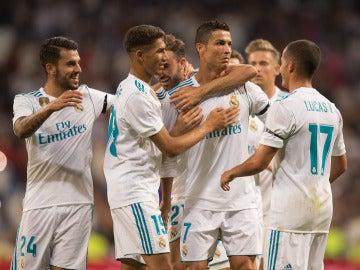 Los jugadores del Madrid felicitan a Cristiano y celebran su gol