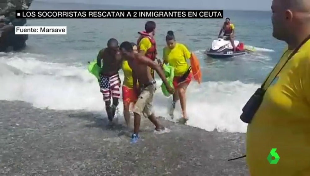 Los socorristas de la playa del Tarajal desbordados por el uso de los migrantes de motos de agua para cruzar al Estrecho