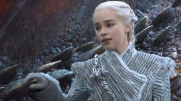Una de las escenas de Juego de Tronos donde Daenerys Targaryen luce el deseado abrigo