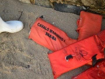 Chalecos salvavidas en tras un naufragio en Brasil