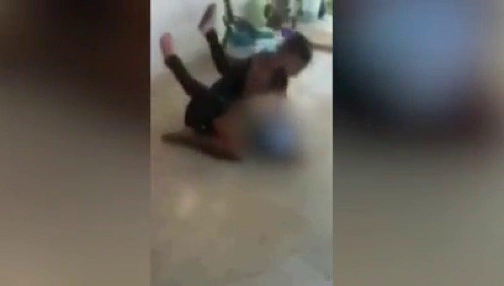 La mujer agrediendo a su hija embarazada