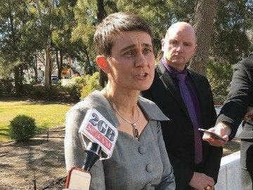 El superintendente de la policía Ben Cartwright (2º dcha) y la rectora de la Universidad Nacional Australiana, Marni Hughes-Warrington, tras la agresión