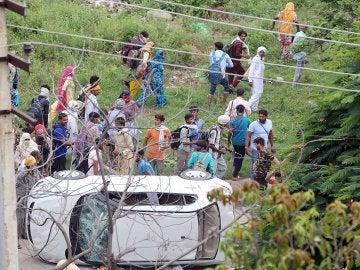 Un coche volcado durante los altercados en India