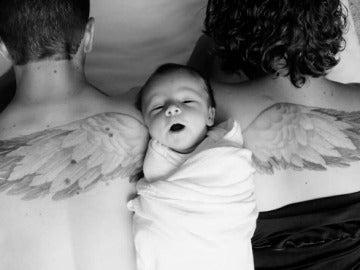 Unos padres homenajean a su hijo fallecido tatuándose unas alas de ángel