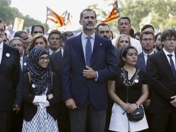 El rey Felipe VI, junto al presidente del Gobierno, Mariano Rajoy, y el presidente de la Generalitat, Carles Puigdemont en la cabecera de la manifestación