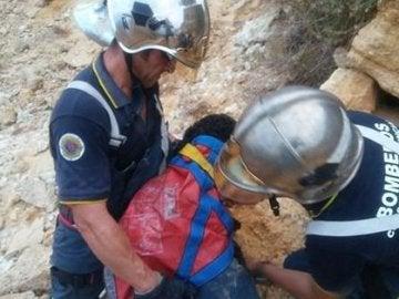Los bomberos de Cádiz tras lograr rescatar al perro que cayó por un acantilado