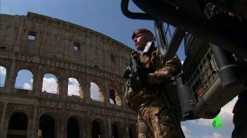 Un militar hace guardia frente al Coliseo de Roma
