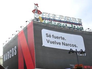 Cartel publicitario de la serie 'Narcos' en la Puerta del Sol de Madrid