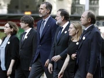 Felipe VI junto a Rajoy, Puigdemont, Colau, Ana Pastor y Pío García-Escudero, en Barcelona