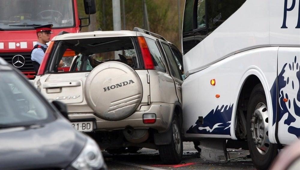 Vista del vehículo todoterreno que ha chocado frontalmente con un autocar de línea regular en Salou