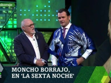 Iñaki López posa con el kimono que le regala Moncho Borrajo