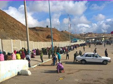 Dos largas filas paralelas, una de las mujeres y otra de los hombres, en el punto fronterizo Tarajal