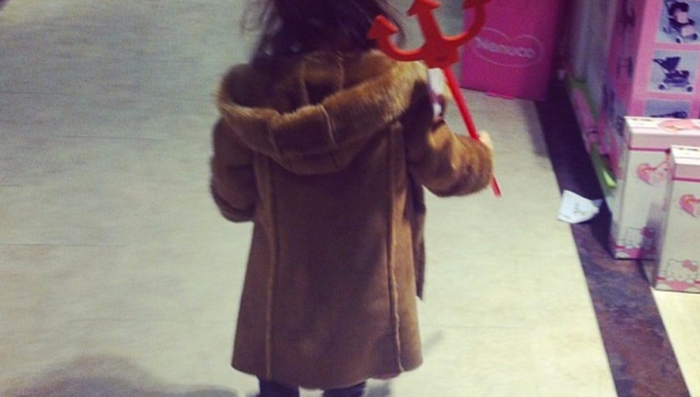 ¿Una niña con un tenedor de diablo o de Neptuno?