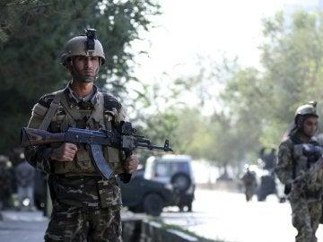 iembros de las Fuerzas de Seguridad patrullan los alrededores del lugar de un atentado el pasado viernes
