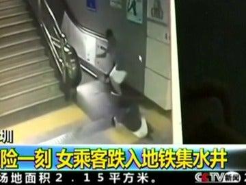 Una mujer sobrevive tras caer por un socavón cuando iba a coger las escaleras mecánicas en el metro
