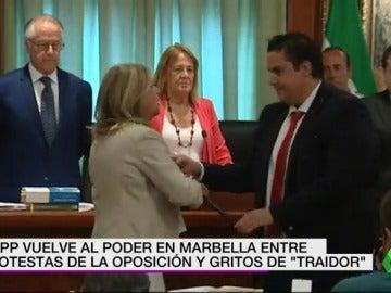 Con gritos de traidor y protestas, así ha vuelto el Partido Popular a gobernar en Marbella