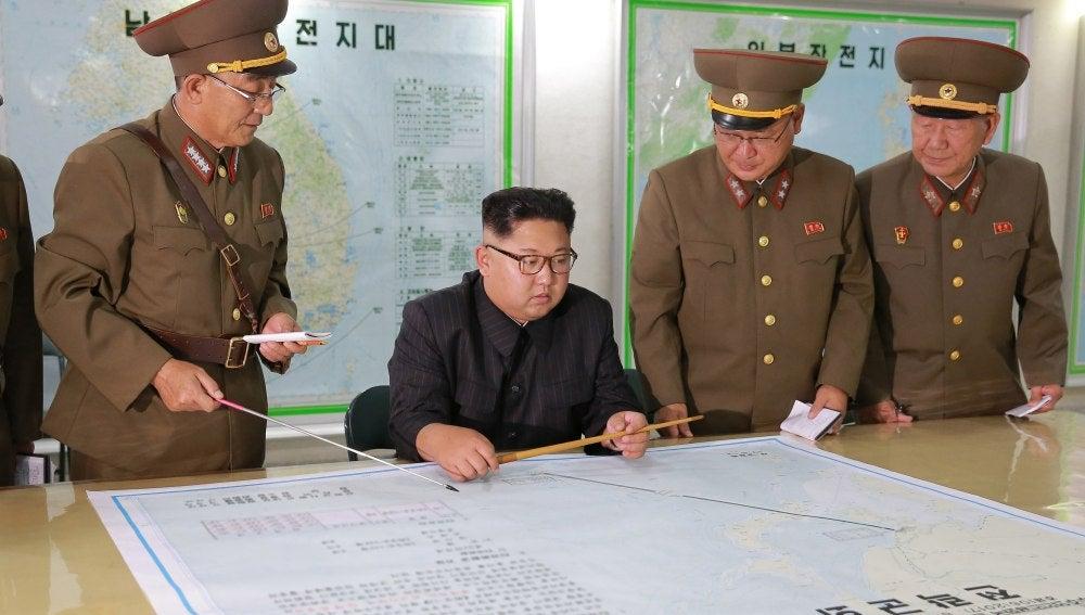 El líder norcoreano Kim Jong Un inspecciona los planes de lanzamiento de misiles