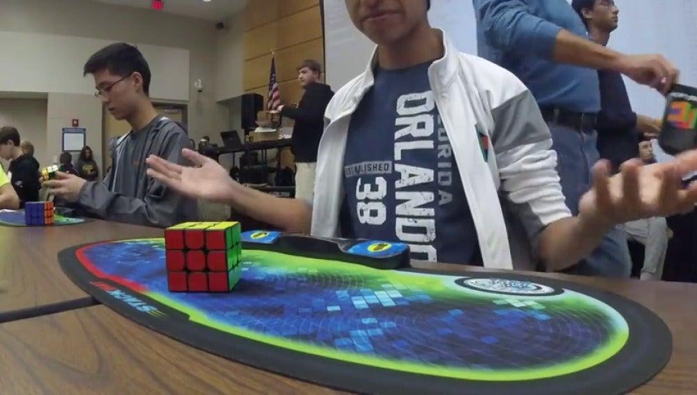 Un adolescente completa un cubo de Rubik en sólo 4,69 segundos y pulveriza el récord mundial