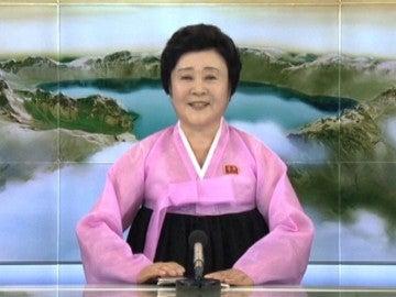 """""""La mujer de rosa"""", la presentadora que anuncia los hechos más importantes de Corea del Norte con un particular estilo"""