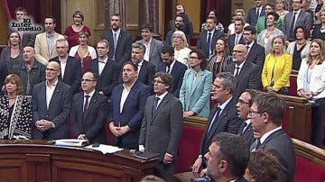 El Parlament catalán celebra la aprobación de la Ley del Referéndum cantando 'Chiquitita' en español