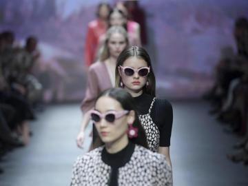 Varias modelos desfilan en Australia