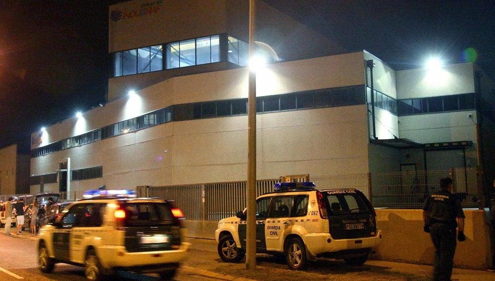Agentes de la Guardia Civil custodiando la entrada a la imprenta de Constantí, Tarragona