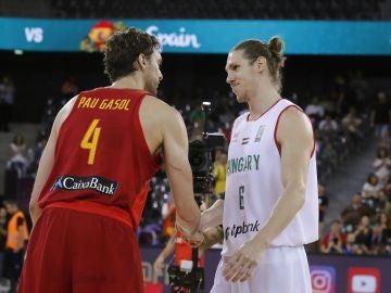 Akos Keller, de Hungría, felicita a Pau Gasol por su récord de anotación en el Eurobasket