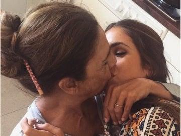 Lolita Flores se besa con su hija en una foto de Instagram