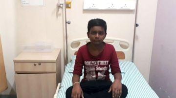 Santhosh, de 13 años, en una cama del hospital