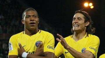 Mbappé celebra su primer gol con el PSG junto a Cavani