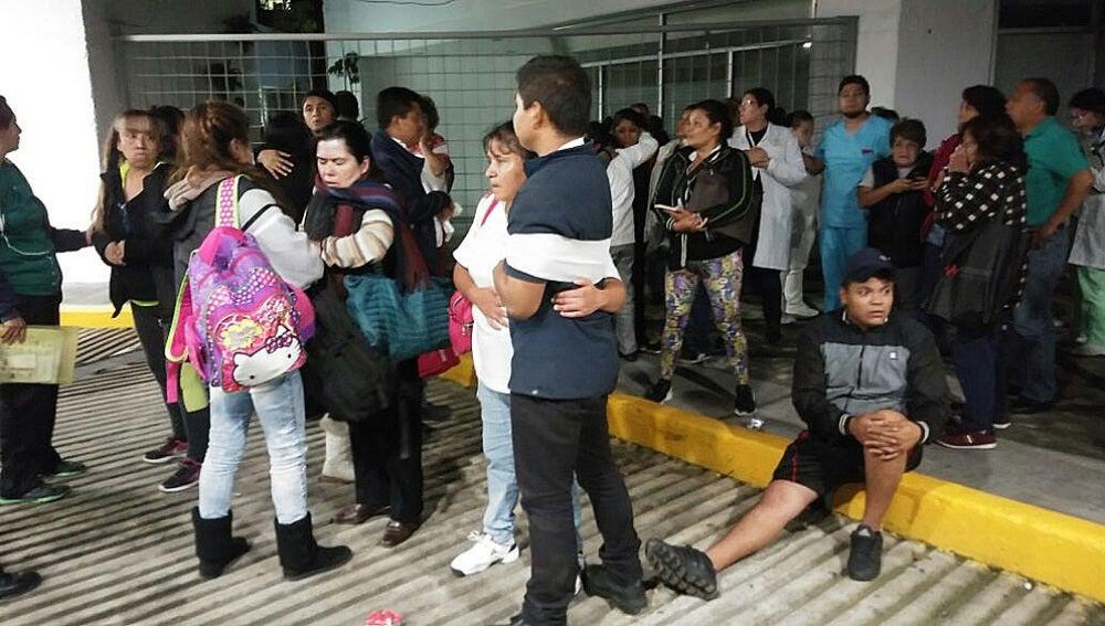 Pacientes y médicos de un hospital de Ciudad de México permanecen fuera del centro tras el terremoto