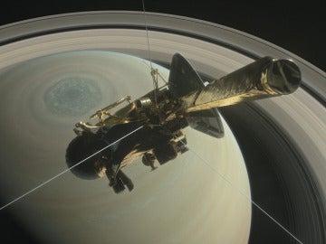 Recreación de la sonda Cassini sobrevolando el polo norte de Saturno